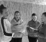 Dievčatá sa učia spevy ku karičkám.