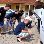 Chlapci asistujú pri oprave mikrobusu :)
